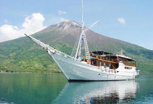 buginese-schooner-phinisi
