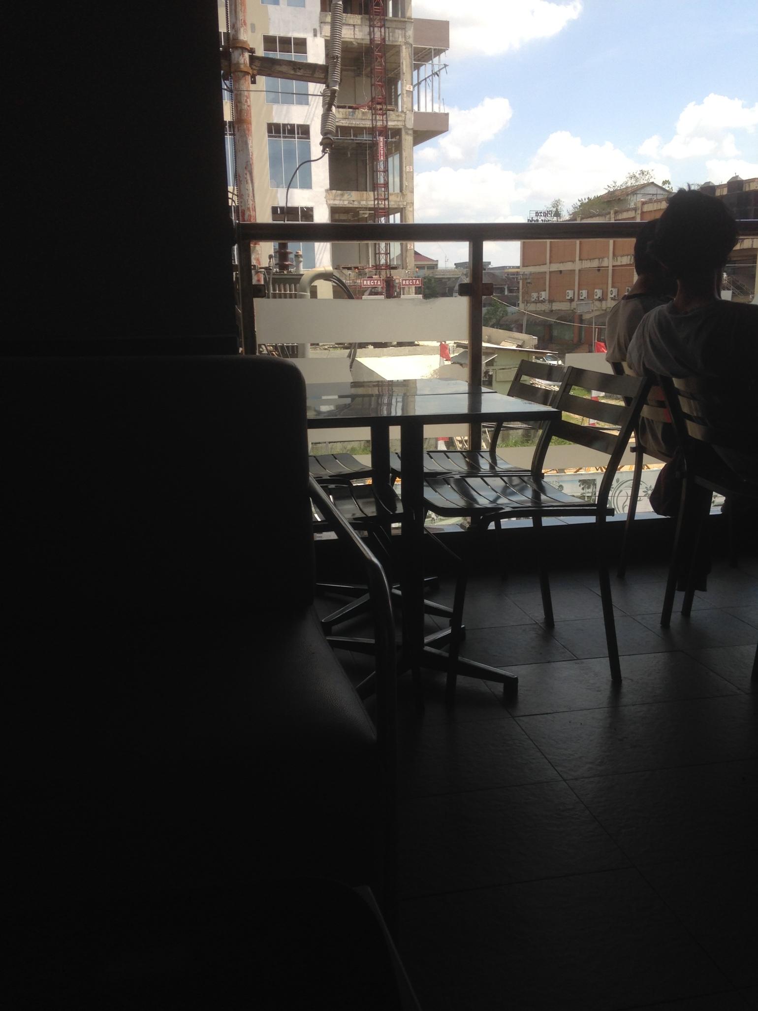 Foto diambil dari posisi nongkrong, dan cewek SMA duduk di kursi paling ujung.