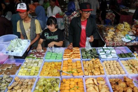 warga-memadati-pasar-kuliner-Benhil-Jakarta